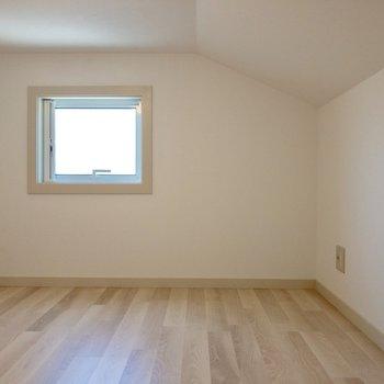 【ロフト】身長176cm僕が中腰で移動できる天井の高さ。※写真は2階の反転間取り別部屋のものです