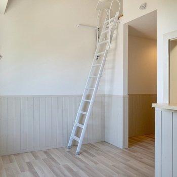 【居室】キッチンカウンターが。※写真は2階の反転間取り別部屋のものです