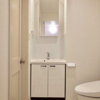 清潔感のある脱衣所です。※写真は2階の反転間取り別部屋のものです
