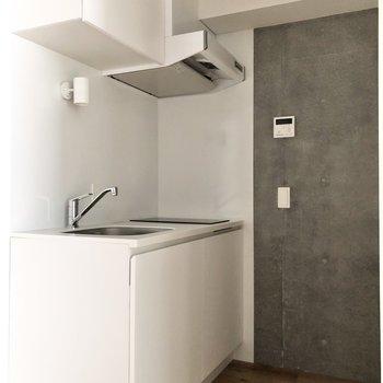 キッチンは清潔感のある白が基調。