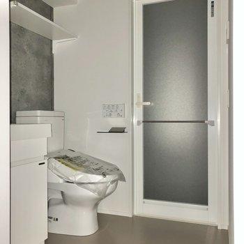 脱衣所はゆったりスペース。※写真は通電前・フラッシュを使用しています