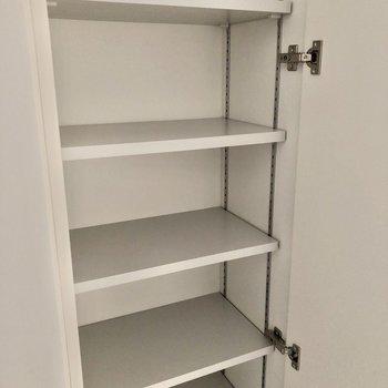シューズボックスの棚は位置を変えられます。