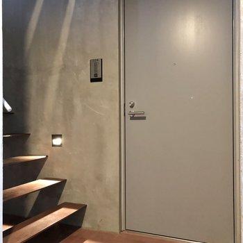 お部屋は階段の前にあります。