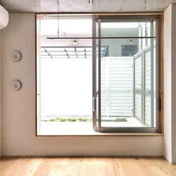 窓の近くには物干し掛けが設置されています。