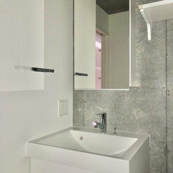独立洗面台は鏡裏収納になっています。※写真は通電前・フラッシュを使用しています