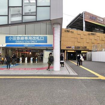 右が京王線で左が小田急線です。改札を間違えないようご注意ください。