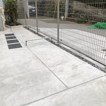 敷地内にはバイク置き場もあります。