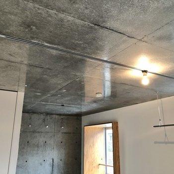 【LDK】天井にはライティングレールが走り、お好みのライトを取り付けられます。