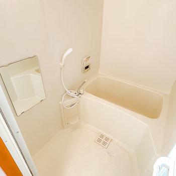 見た目はシンプルですが、追い焚き・浴室乾燥機付きのデキるお風呂なんです!