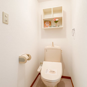 トイレはウォシュレット付き。オープンな棚も素敵。