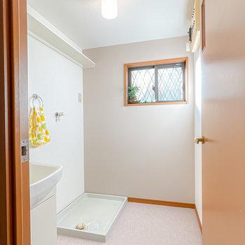 脱衣スペースが広く、窓があるので換気もしやすそう!奥の壁は薄っすらグレーに。