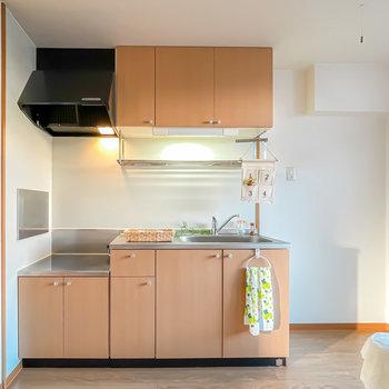 キッチンの右手には冷蔵庫などキッチン家電のためのスペースが広めに確保。