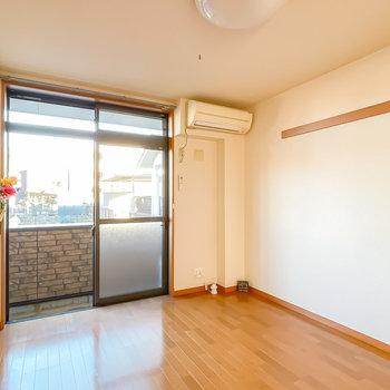 その隣には洋室が。窓は東向きなので、温かい朝を迎えたい方はこちらを寝室に。