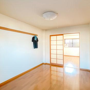 壁にはピクチャーレール付き。奥にはもうひとつ洋室が。