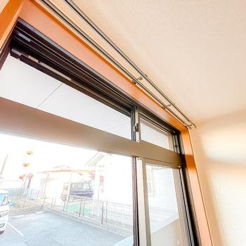 窓は欄間があり、しっかり戸締まりをしつつ通風も確保できるんです!シャッターもありますよ。