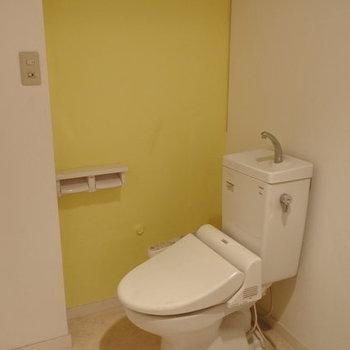 トイレも脱衣所にありました。実際のクロスは白です!(※写真は4階の同間取り別部屋のものです)