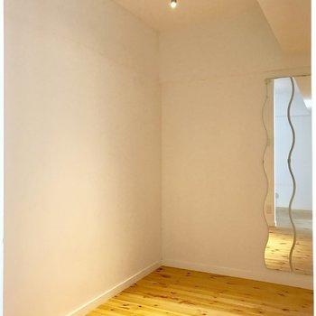 そう、サービスルーム。(※写真は2階の同間取り別部屋、清掃前のものです)