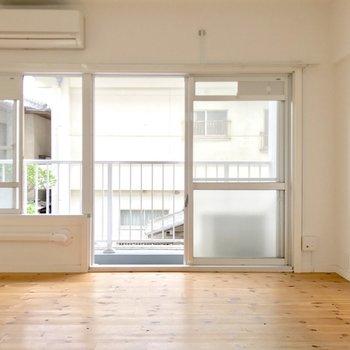 窓の範囲が広い!しかも南向き!(※写真は2階の同間取り別部屋、清掃前のものです)