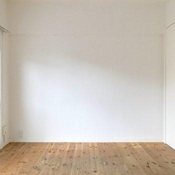 ベッドを壁寄せで!(※写真は2階の同間取り別部屋、清掃前のものです)