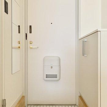白がキュートな玄関。