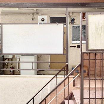小窓からは、洗濯機の置かれたお隣の共用廊下ですが目隠しされています。