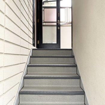 少しだけ階段を上ります。