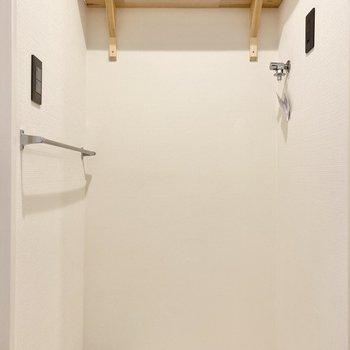 右手に洗濯機置場。 ※写真は前回募集時のものです