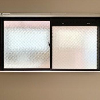 小窓はすりガラスになっているので、カーテンを開け放ってくつろぐことができますよ。