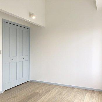 【洋室】こっちも天井が高くなっているんですよ〜。※写真は3階の同間取り別部屋のものです
