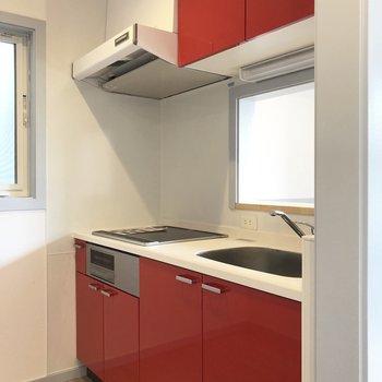 【LDK】キッチンは赤い!※写真は3階の同間取り別部屋のものです