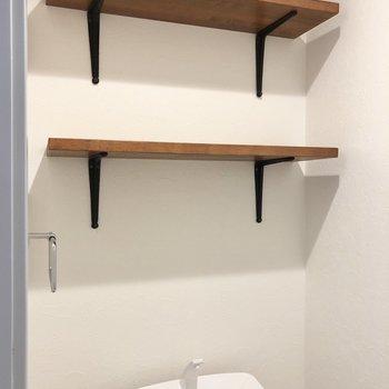 後ろに消臭剤やトイレットペーパーを置けますね。※写真は3階の同間取り別部屋のものです