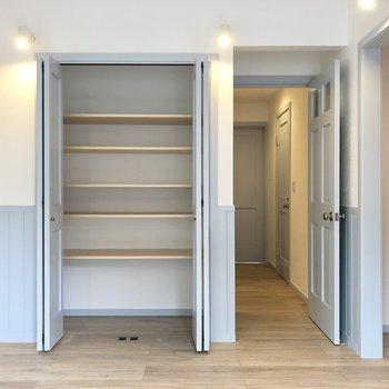 【LDK】開くと収納です。※写真は3階の同間取り別部屋のものです