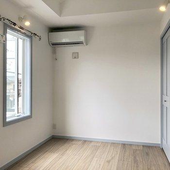 【洋室】ベッドはふんわり白いやつがよく合いそう。※写真は3階の同間取り別部屋のものです