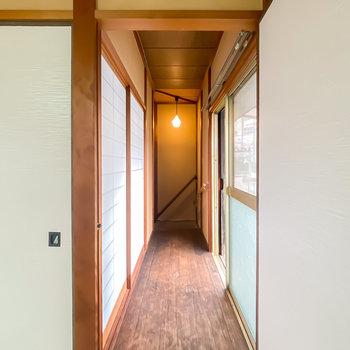 障子の先は玄関への廊下。窓からの光も、階段の照明も、麗美の一言……