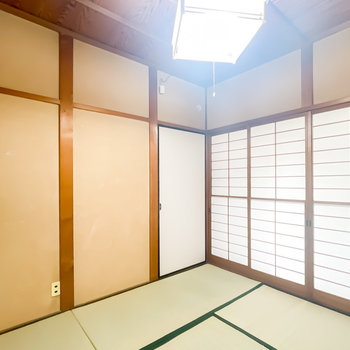 【1階/和4.5】もうひとつ和室が。砂壁の色味にも過ぎた時の貫禄を感じてしまいます。