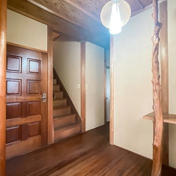 廊下に出ると、2階への階段が。