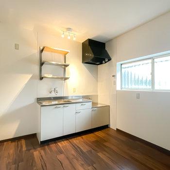 【1階/DK】新しいキッチンが導入済み。スポットライトがモダンで素敵なんです。