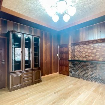 【1階/洋6】シャンデリアも素敵なんです。奥には廊下へと繋がるドアも。