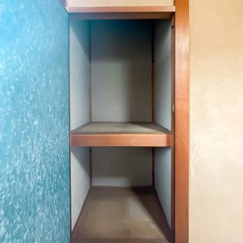 【2階/和4.5】収納は中棚付きのシンプルな押入れです。