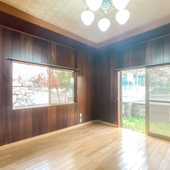 【1階/洋6】二面採光で明るさもあります。ちょっとレトロな革張りソファなんかを置きたいですね。