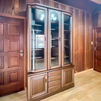 【1階/洋6】キャビネットにはお皿やカップ、ソーサーなどを飾って見せる収納に。