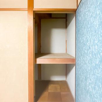 【1階/和4.5】こちらの押入れは中棚付き。左側に奥行きもあるので、物置きとして。
