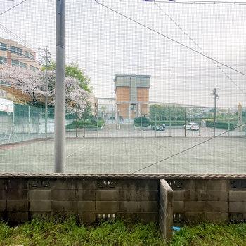 1階の庭の外は学校のテニスコート。子どもたちの元気な姿を見ながら庭造り、なんていかがでしょうか?