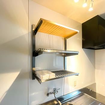 【1階/DK】可動式のステンレスラックで、洗ったお皿を乾かしつつ、魅力的に見せることができますよ◎