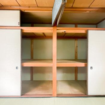 【2階/和8】壁一面は天袋付きの押入れ。こちらもハンガーラックなどでクローゼット化すると便利そう。