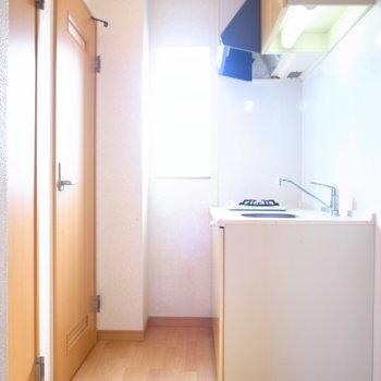 キッチンの正面に洗面脱衣所とトイレが並んでいます。