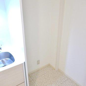 もちろん冷蔵庫置場も確保されています。キッチンに合わせて白い冷蔵庫を。