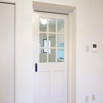 モールディングが施されたガラス窓が可愛らしいドアも、フレンチシックなインテリアに似合いそう!