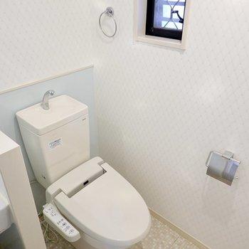 アメリカンセパレートなので隣にウォシュレット付きのトイレも。
