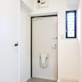 玄関には靴箱がありませんが、スペースが広いので好きな物を置けます。